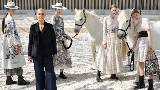 Il direttore creativo Dior Maria Grazia Chiuri tra le modelle della collezione Cruise 2019