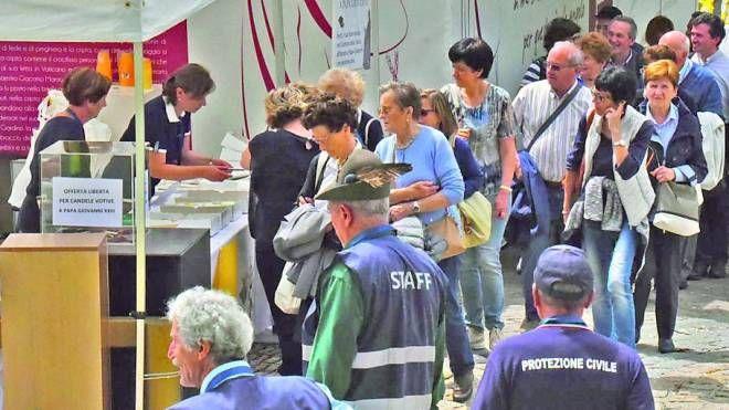 L'ingresso dei pellegrini controllati dai volontari (De Pascale)