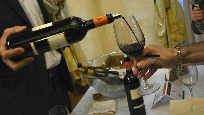 Degustazione di vino (foto di repertorio LaPresse)