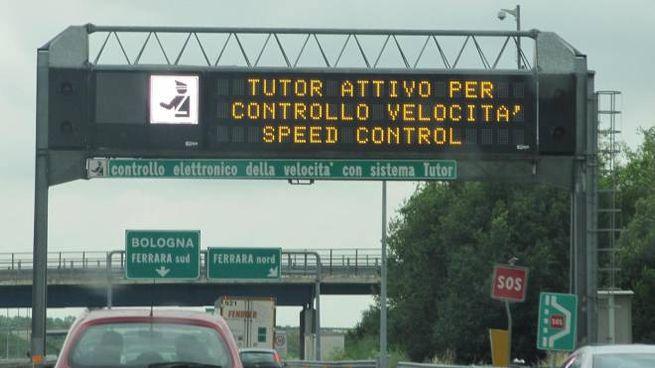 Un tabellone elettronico con l'avviso del Tutor sull'autostrada (Ansa)