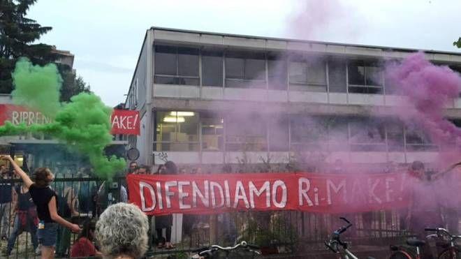 Ri-make, occupazione ex liceo in via Volga a Milano (Foto Facebook)