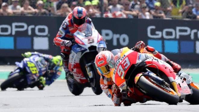 Marquez, Petrucci e Rossi in pista (Ansa)