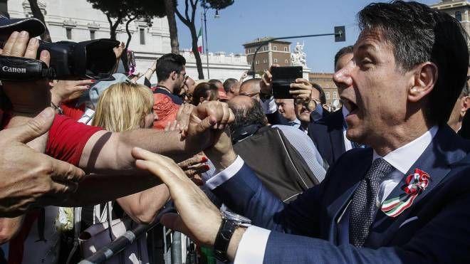 2 giugno, bagno di folla per il neo premier Giuseppe Conte (Ansa)