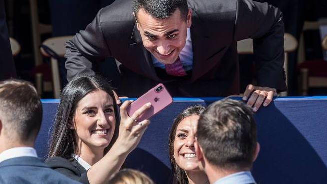 Selfie per Luigi Di Maio alla parata per la Festa della Repubblica (Lapresse)