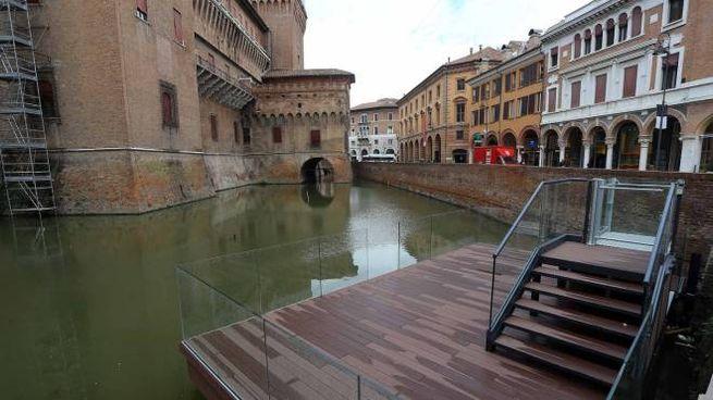 Gite in barca ne fossato del Castello Estense (Businesspress)