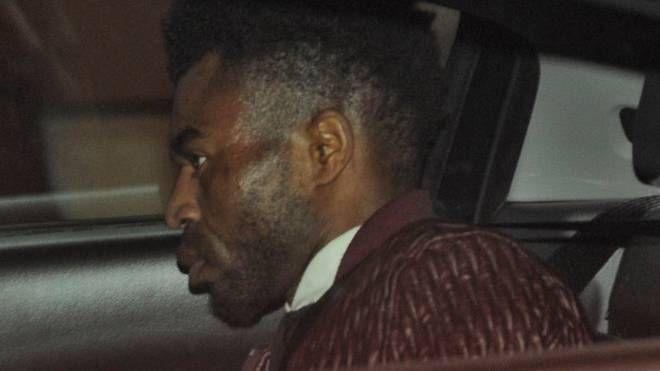 Innocent Oseghale, 29 anni, mentre viene portato  in carcere su un'auto dei carabinieri (foto Pierpaolo Calavita)