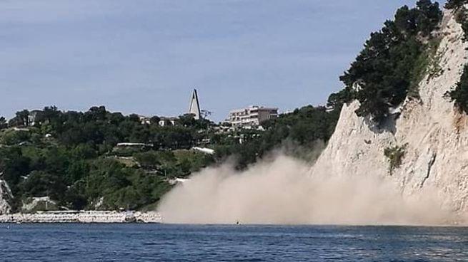 Il poverone sollevato dal crollo di una parte della falesia vicino alla spiaggia Urbani di Sirolo