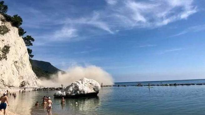 DOMENICA DA BRIVIDO Il poverone sollevato dal crollo di una parte della falesia vicino alla spiaggia Urbani di Sirolo