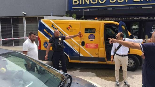 Il furgone assaltato dai banditi in via Einaudi