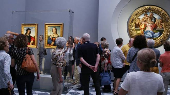 Uffizi, visitatori nella Sala Michelangelo e Raffaello (New Press Photo)