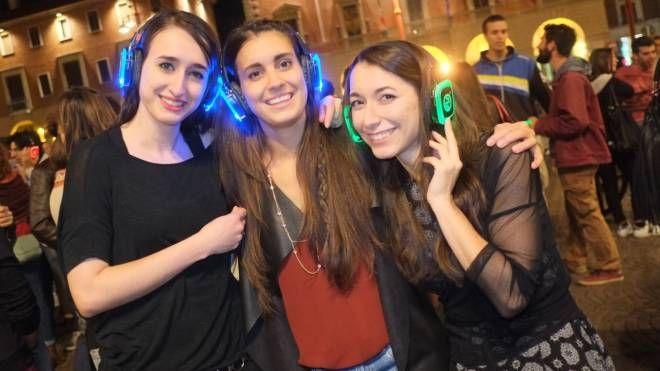 Ragazze con le cuffie alllo scorso Silent Party in piazza: il diverso colore indica il canale che si ascolta