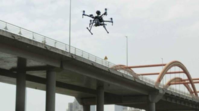 Droni controllano un ponte
