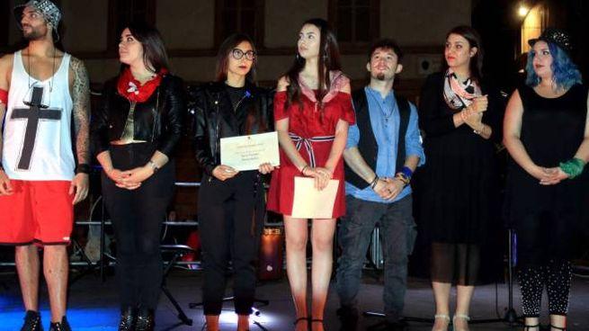 Gli artisti sul palco  alla fine della bella serata di musica,  in piazza della Repubblica