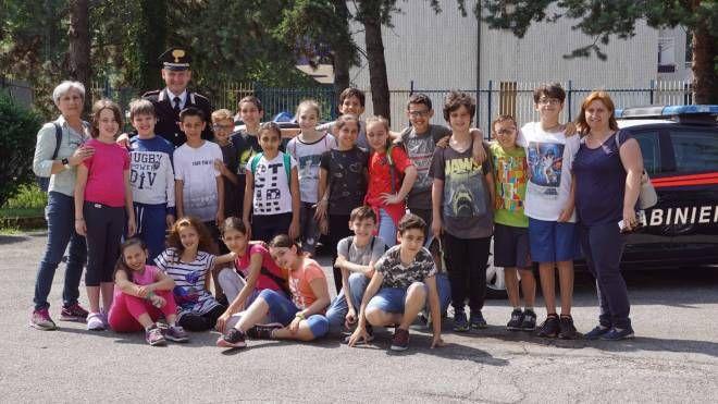 Gli allievi dell'istituto Presentazione di Sesto con il comandante Massimo Pesce