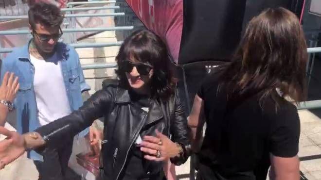 I giudici acclamati dai fan prima dell'ingresso all'Adriatic Arena, un frame del video