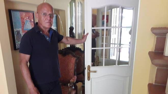 Salvo Zanoni nella sua abitazione