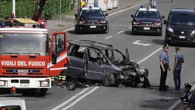 Un'immagine di via Canova pochi minuti dopo il terribile incidente che ha concluso l'inseguimento tra alcune automobili condotte da rom dell'accampamento del Poderaccio