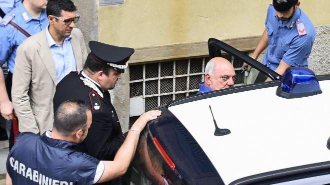 I carabinieri prelevano Porcino dalla sua casa a Bergamo