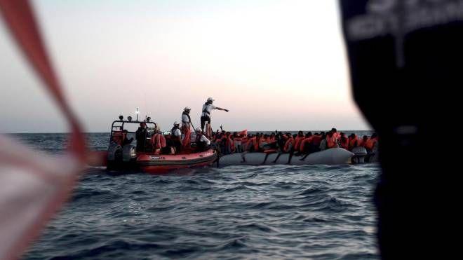 Salvataggio in mare, prima di portare i migranti sulla Aquarius (Ansa)