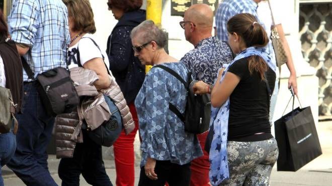 La borseggiatrice in azione immortalata dal nostro fotografo nel centro di Milano