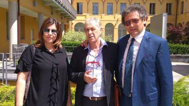 Sergio Bramini (al centro) con gli avvocati Monica Pagano e Biagio Riccio in Procura a Mon