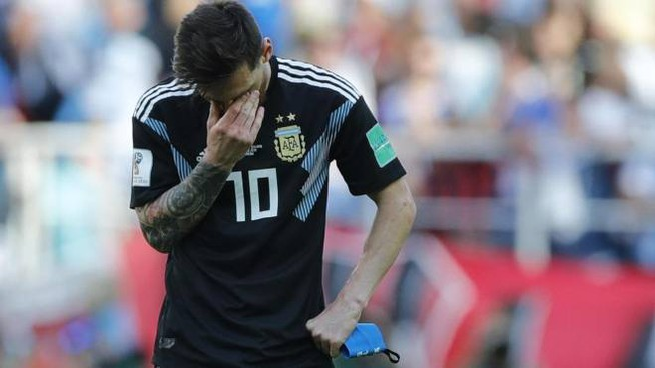 Messi sconsolato dopo aver sbagliato il rigore (Ansa)