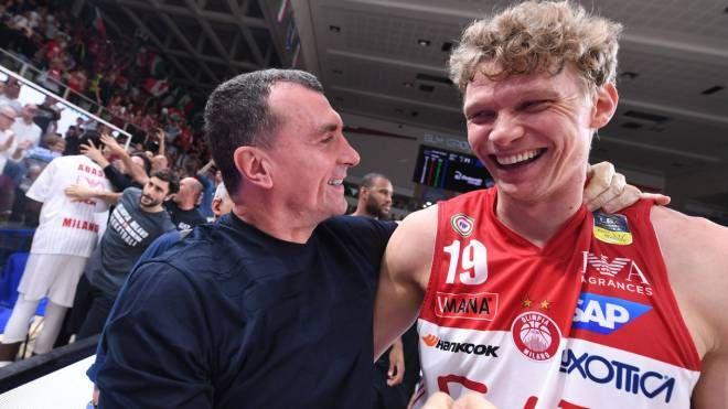 Livio Proli si congratula con Mindaugas Kuzminskas (Ciamillo-Castoria)