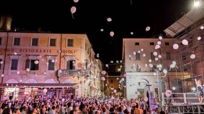 Il momento clou della serata con il lancio di 1000 palloncini rosa