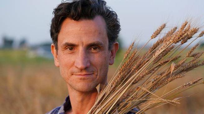 L'attore-contadino Andrea Gherpelli nei suoi campi (foto Massimo Mantovani)
