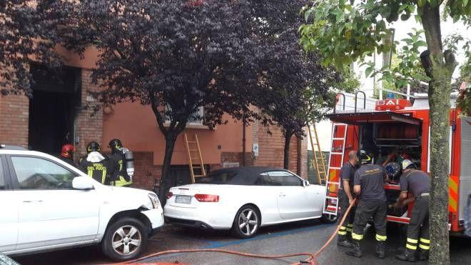 L'intervento dei vigili del fuoco nella palazzina di via Cavallotti dove è divampato  un incendio per corto circuito