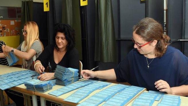 Gli elettori dovranno presentarsi  ai seggi on la tessera elettorale e un documento  di riconoscimento azzurro riporterà prestampati in due distinti rettangoli i nomi dei candidati coi simboli