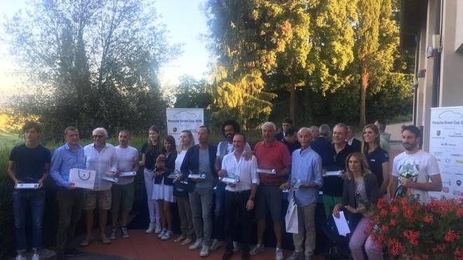 Il gruppo dei premiati a Poggio dei Medici per la Porsche Green Cup