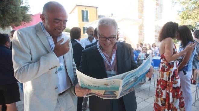 Il caporedattore Andrea Brusa (a sinistra) col comico Marco Marzocca