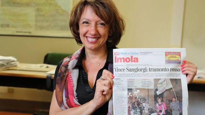 La sindaca Manuela Sangiorgi con la prima pagina del Carlino (foto Isolapress)