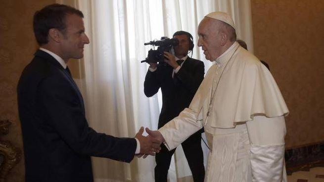 Il presidente francese Macron in visita dal Papa (Ansa)