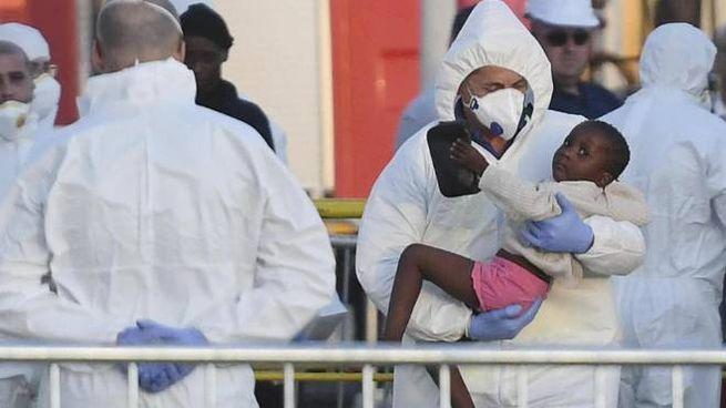 I migranti della Lifeline sbarcano a Malta (Ansa)