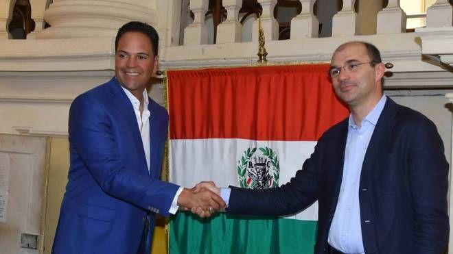 Il sindaco Luca Vecchi con Mike Piazza