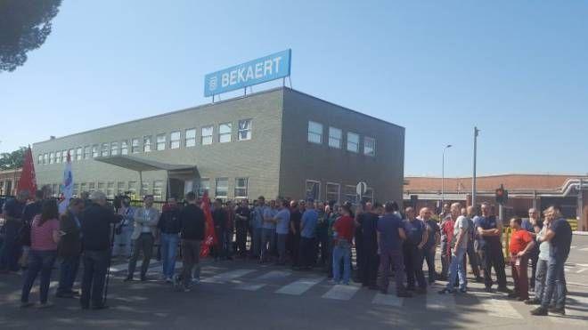 I lavoratori della Bekaert davanti allo stabilimento