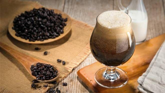 Il caffè all'azoto si presenta simile a una birra stout - Foto: ElNariz/iStock