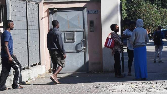 L'Hub di via Mattei che accoglie i rifugiati (FotoSchicchi)