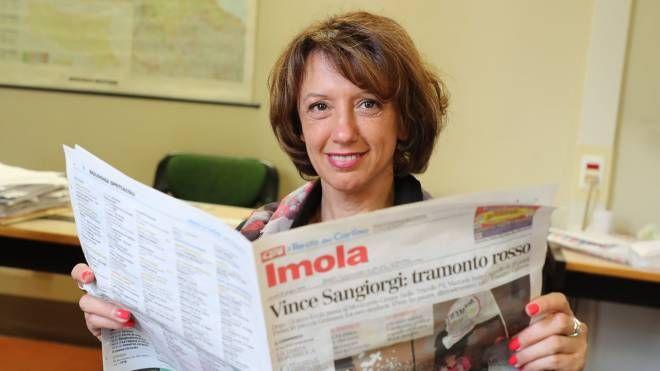 Manuela Sangiorgi, intenta a sfogliare il Carlino (Isolapress)