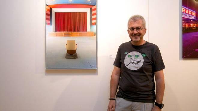 Luca Gilli accanto a una sua opera