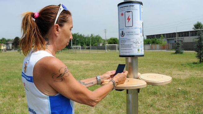 Ricaricare il cellulare al parco