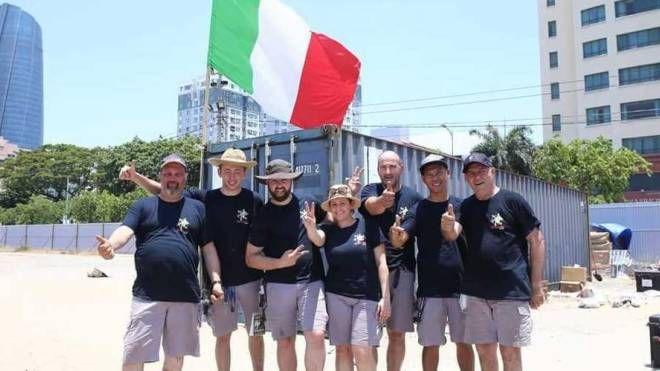 Lo staff dell'azienda di Arquà sventola il tricolore