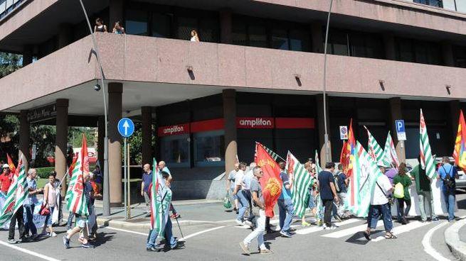 La manifestazione dei lavoratori Sices Pensotti è partita da piazza Monumento, per passare davanti a Confindustria  e chiudersi  in piazza  San Magno