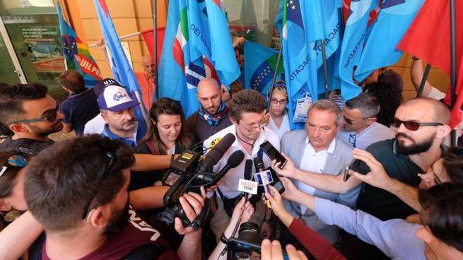 Il rider Andrea Ramponi con Carmelo Massari, Uil, e l'avvocato Candeloro durante il presidio di questa mattina