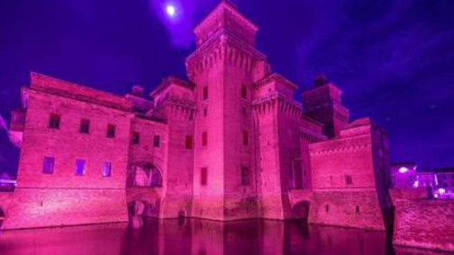 il castello estense si tinge di rosa