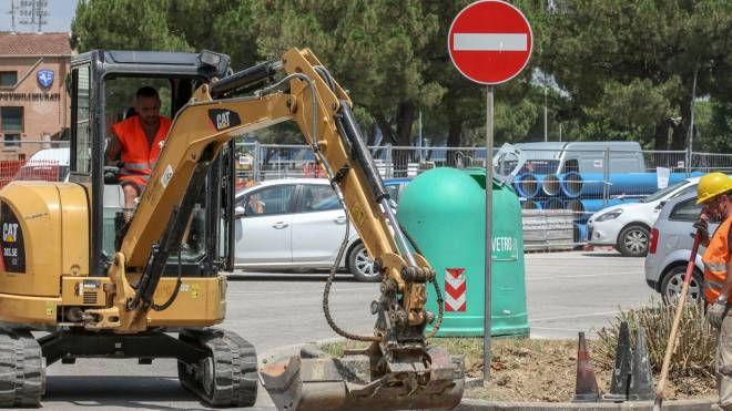 E' in piena attività il cantiere all'incrocio fra via Bisarnella e la statale 67 per la costruzione della rotatoria
