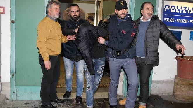 Un momento dell'arresto degli aggressori dell'ispettore Pieri