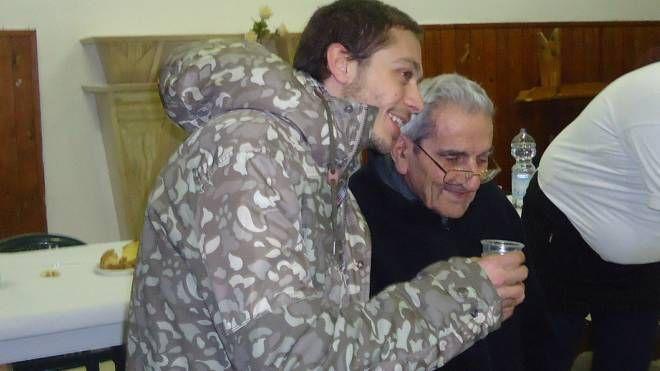 Valentino Rossi abbraccia il suo parroco-tifoso don Cesare Stefani (Fotoprint)